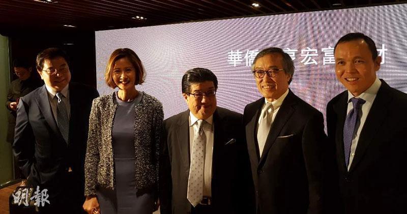 華僑永亨銀行個人銀行業務主管黃妮妞(左二)、華僑永亨銀行行政總裁藍宇鳴(中)(歐陽偉昉攝)