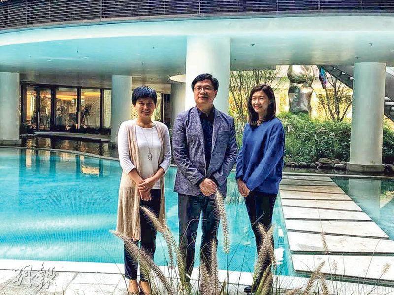新世界營業及市務總經理黃浩賢(圖中)表示,今年集團售出1207伙,套現高達283億元,以套現金額計,創集團賣樓紀錄。