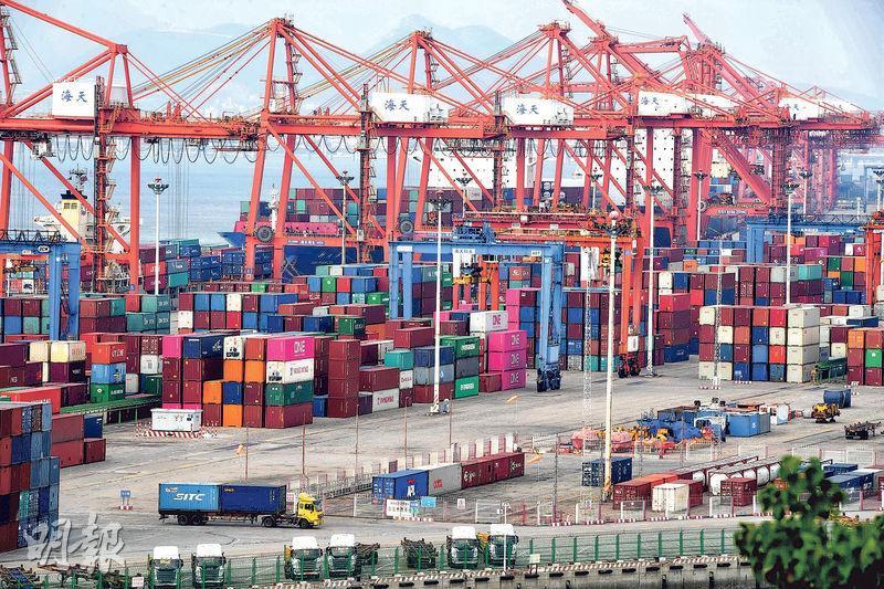 中國11月份PMI跌至50,為2016年7月以來新低,經濟下行壓力未消。圖為內地貨櫃碼頭。(中新社)
