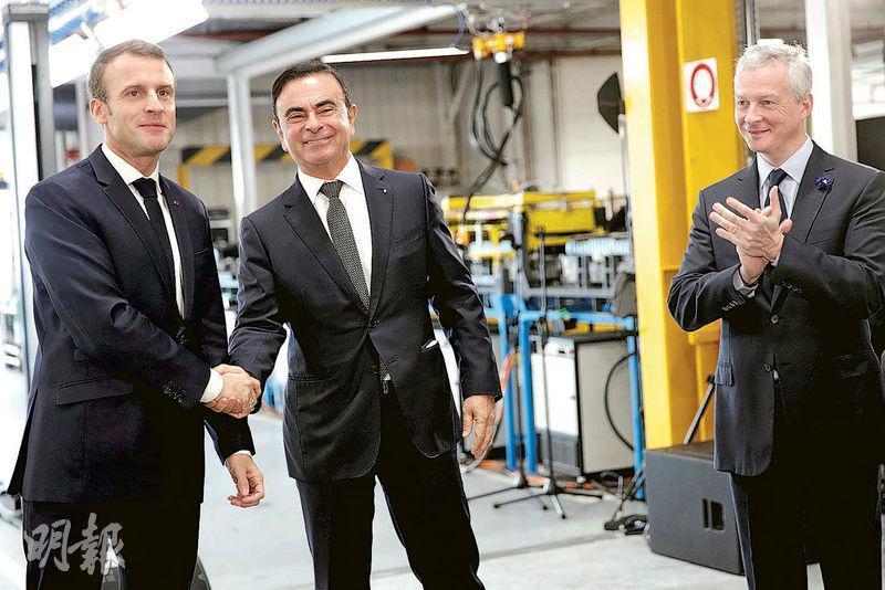 持有雷諾股份的法國政府,早就試圖將雷諾與日產合併。圖為11月初法國總統馬克龍(左)訪問雷諾車廠時與戈恩握手。