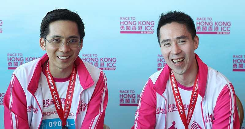 今天舉行的第七屆「新地公益垂直跑-勇闖香港ICC」,兩名郭家第三代、郭炳江兒子郭基煇(右)和郭炳聯兒子郭基泓(左)齊齊上陣。(曾憲宗攝)