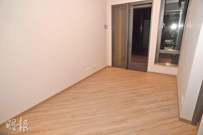 1座26樓A室示範單位客飯廳呈長方形,設落地玻璃窗及22方呎露台。(攝影 劉焌陶)