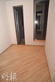 2房單位的主人睡房採用曲尺窗設計,外連面積約16方呎的工作平台。(攝影 劉焌陶)