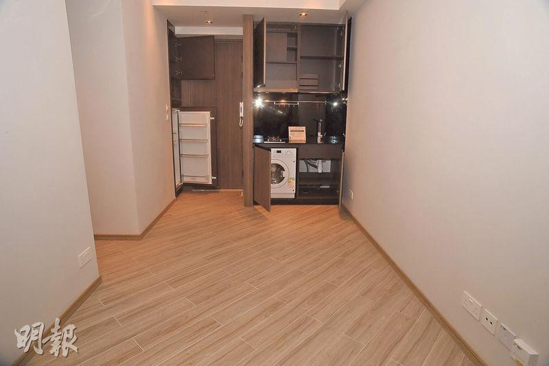 項目所有單位一律採用開放式廚房設計,而雪櫃設在大門玄關位。(攝影 劉焌陶)
