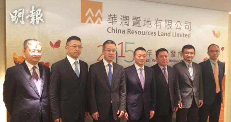 左四為集團副主席唐勇、左五為首席財務俞建。(資料圖片)
