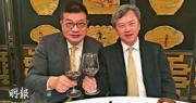 長實執行董事趙國雄(右)與湯文亮(左)出席同一活動時表示,3年前與近年看淡樓市的湯文亮對樓巿看法意見分歧,但現在則變得一致。(陸振球攝)