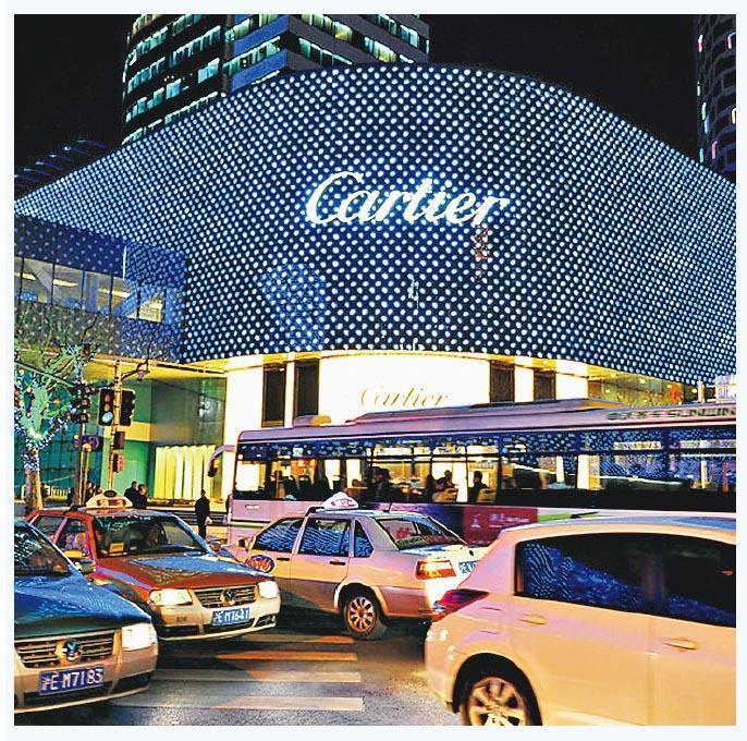 據瑞士寶盛私人銀行最新的研究報告顯示,以消費價格計算,上海今年力壓香港成為亞洲最昂貴城市。圖為上海淮海路的名店。