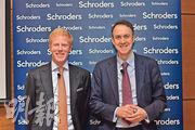 施羅德投資首席經濟師Keith Wade(右)認為,根據環球科技公司的言論及較低迷的季度業績,顯示盈利增長的高峰期已過。旁為施羅德亞洲區多元化資產投資主管Patrick Brenner。(楊柏賢攝)