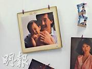 林德信年幼時,曾與父親林子祥拍攝唱片封套,此相片亦擺放於他的工作室內。(甘潔瑩攝)