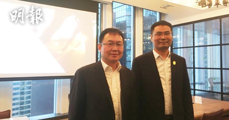 左起:第一視頻首席財務官劉懷宇、瘋狂體育行政總裁彭錫濤表(李哲毅攝)