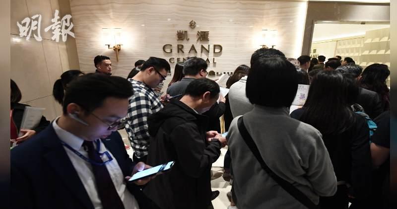 凱匯次日收票售樓處人頭湧湧,發展商即加推103伙,整體加價約1.5%。(賴俊傑攝)