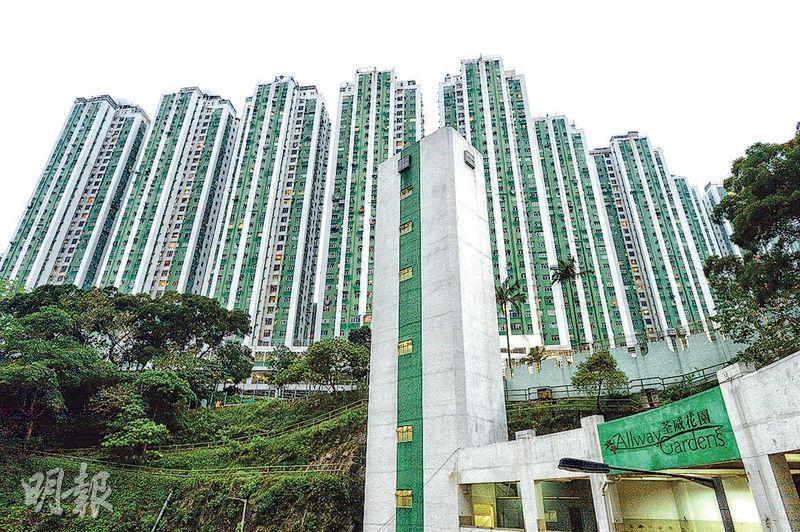 上車屋苑荃灣荃威花園有單位劈價100萬元易手。該單位為F座中層06室,今年8月起放售,開價580萬元,最終以480萬元成交。