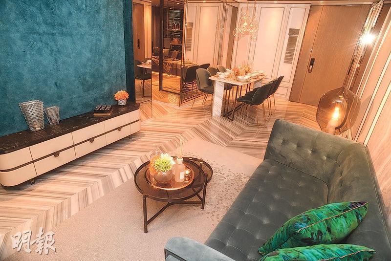 3房實用829方呎,連30方呎露台,室內裝修以白、金色等為主,牆身採用鏡面裝飾。(攝影 劉焌陶)