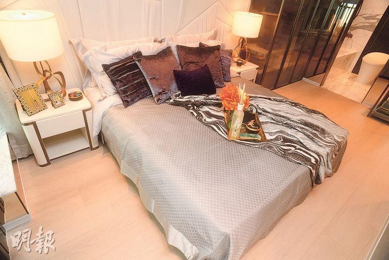 主人睡房位處走廊盡頭,外連工作平台,房內放置大牀後仍可三邊上落牀。(攝影 劉焌陶)