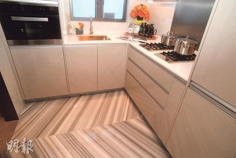 廚房空間寬敞,提供歐洲品牌家電,有通風窗。(攝影 劉焌陶)