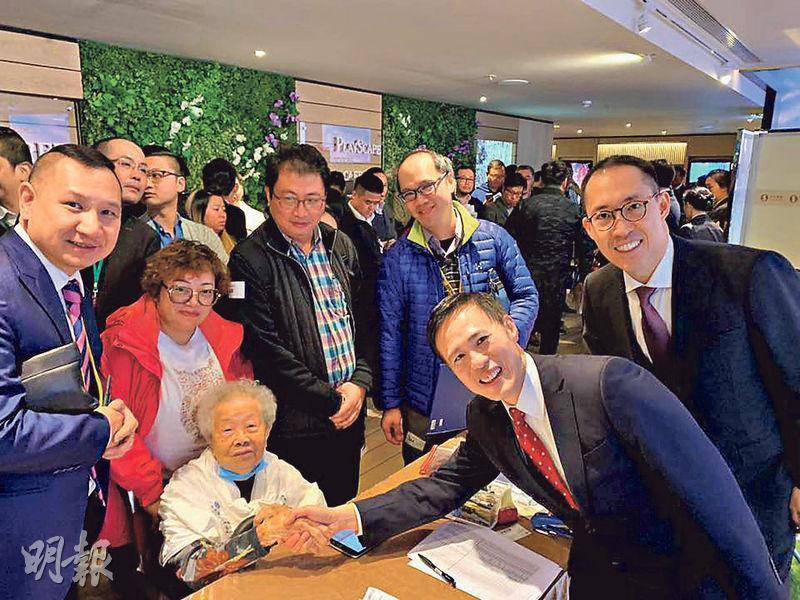 凱滙昨日次輪銷售情况﹕一名98歲婆婆昨斥資約1500萬元入市凱滙三房戶,代理消息稱買家購入單位作投資;信置黃永光(右一)與田兆源(右二)與該婆婆握手。