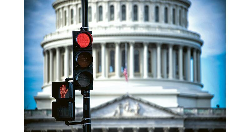 美國兩黨就預算案談判膠着,終致政府再次局部停擺,為近日本來低迷的美股雪上加霜;道指周五收市跌414點或1.81%,報22,445點,一周跌6.87%,是2008年10月以來、即金融海嘯後最大的單周跌幅。圖為美國國會外景。(法新社)