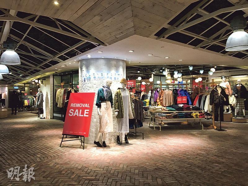 記者上周到訪快將結業的尖沙嘴分店,發現部分客人是從網上得知Collect Point或會撤出香港,特意前往購物。