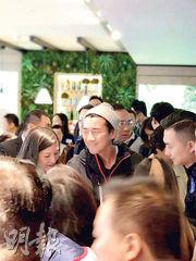 無綫藝員洪永城(圖中戴帽者)昨日到凱滙售樓處揀樓,並以逾千萬元購入3座中層一伙2房連儲物室單位。
