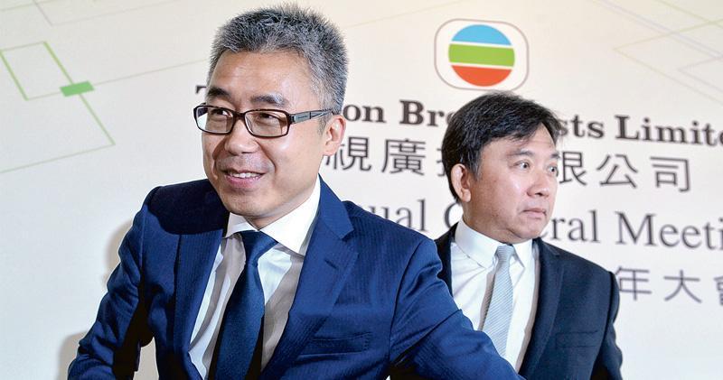 市場消息表示,TVB接收星美旗下內地院線抵債方案,主要的支持者為「殼王」陳國強(右)為首的管理層,但同時也有其他管理層認為這批院線可能存在問題, 加上TVB沒有相關營運經驗, 因而反對方案。圖左為TVB另一大股東黎瑞剛。(資料圖片)