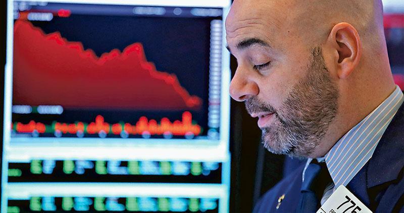 美國財長梅努欽無端查六大行流動性及擬召開「跌市救火隊」會議,美國總統特朗普再炮轟聯儲局,道指周一平安夜半日市急瀉653點,標指收跌2.7%,自今年高位累跌逾20%,是第二個美股主要指數步入熊市。(新華社)