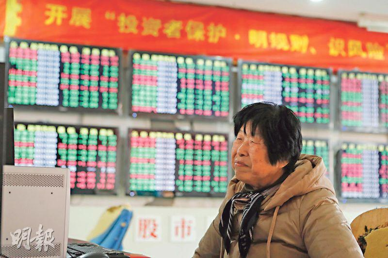 A股今年最後一個交易日,上證指數未能收復2500點。圖為上海股民。(中新社)