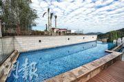 項目所有單位均在頂層設有私家泳池,11號洋房泳池更超過360方呎。(攝影 李紹昌)