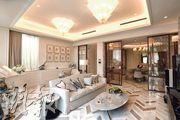 11號洋房示範單位客廳鋪砌白色雲石地板,雲石茶几及梳化沿襲白色主調,客廳放置純白色鋼琴,及不少掛畫和擺設。(攝影 李紹昌)