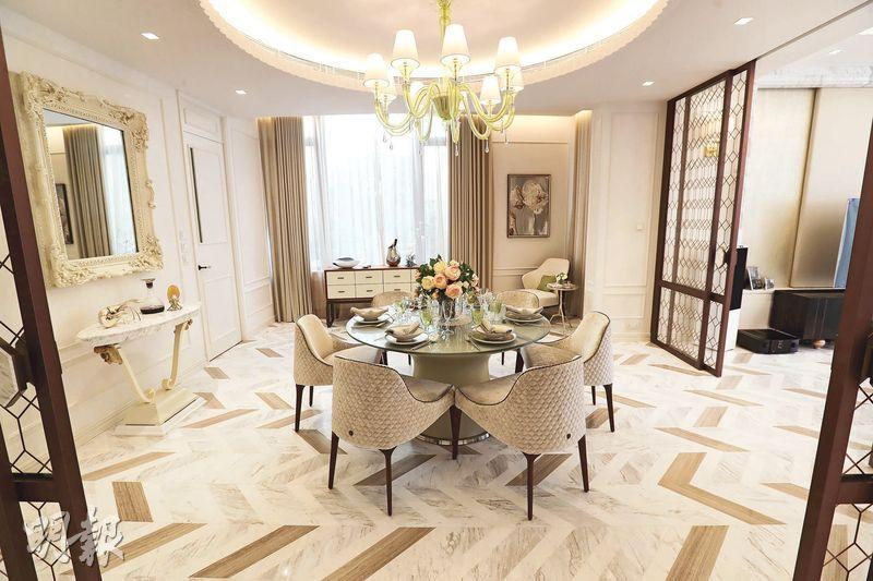 設計師選用啡色及白色為設計主調,又以特色玻璃牆及趟門來分隔客飯廳,飯廳放置可供6人使用的圓形餐桌。(攝影 李紹昌)
