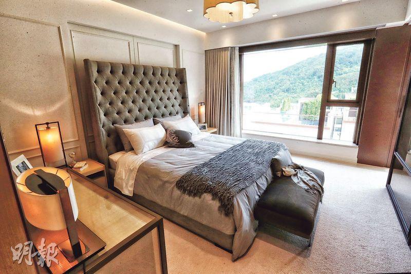 主人套房內的睡房鋪上柔和的米白色地毯,玻璃窗引入自然光線,令睡房更明亮開揚。(攝影 李紹昌)