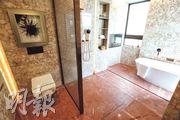 主人套房的浴室寬敞,同時設有淋浴間及浴缸。(攝影 李紹昌)