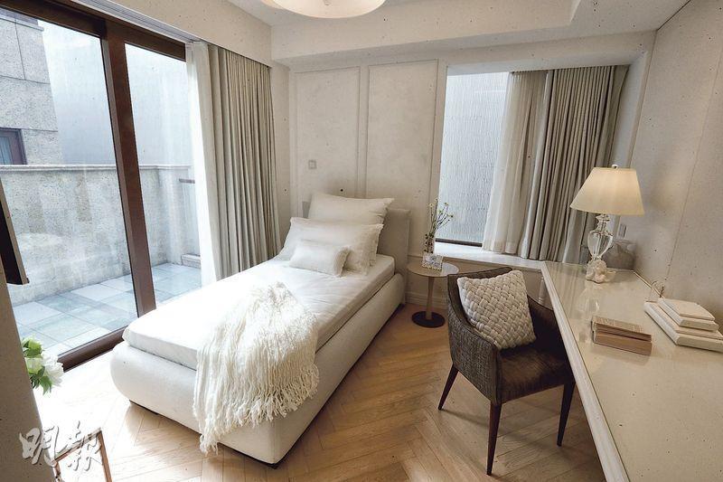 其中一間套房以白色為主調,塑造柔和溫馨的睡眠環境,房間外連露台。(攝影 李紹昌)