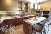 廚房採中島式設計,配備知名品牌廚具,同時可直接通往戶外私家花園。(攝影 李紹昌)