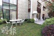 花園的面積達1749方呎,放置了戶外家俬,住戶可在花園聚餐。(攝影 李紹昌)