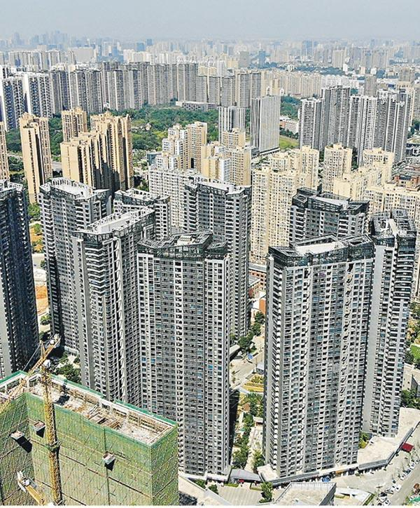 近月陸續在不同省市傳出有鬆綁措施,內地樓市熱點城市之一成都,傳有中信銀行在成都推首套房客戶執行九折按揭利率,成為在熱點城市中的首例。圖為成都一個興建中的樓盤。