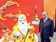 東亞銀行利市封過去常常以壽星公為主題,主席兼行政總裁李國寶都同壽星公合照。