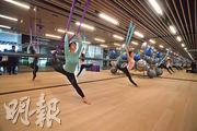 會所內提供不少運動設施,當中包括近年流行的空中瑜伽。(劉焌陶攝)
