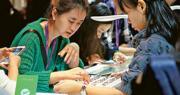 香港零售寒風凜冽,過去支撐市道的珠寶鐘表等貴價貨品增長「神話」不再,更由2018年初的雙位數增長逆轉至負增長。(中新社)
