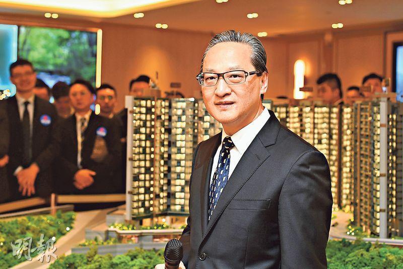 中海外地產董事總經理游偉光表示,天鑽將於今日起收票,最快下周開售。(賴俊傑攝)
