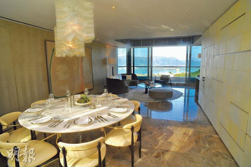 客飯廳間隔分明,空間寬敞,可放置圓形大餐桌。(劉焌陶攝)