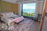 主人睡房與大廳的坐向相同,睡房空間大,放置雙人牀後仍有足夠空間擺放其他家具。(劉焌陶攝)