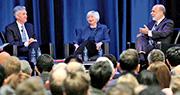 三代聯儲局主席1月4日在佐治亞州亞特蘭大舉行的美國經濟協會、聯合社會科學協會(ASSA)2019年會議聚首一堂。左起為現任聯儲局主席鮑威爾、前主席耶倫及伯南克。(路透社)