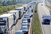 英國東南部多佛爾港,每天約有5000輛滿載貨物的貨車等候渡輪,運載穿越英倫海峽,經法國的加來港進入歐洲大陸。一旦英國最終無協議下脫歐,單是提交清關文件已可能釀成大塞車。(資料圖片)
