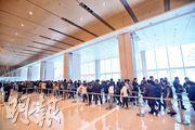 (圖、圖2)中海外以折實實呎1.28萬元推售大埔山塘路天鑽首批324伙,剛過去周末售樓處睇樓情况熱鬧,項目收票3日累收逾3400票,超額逾9倍。(楊柏賢攝)