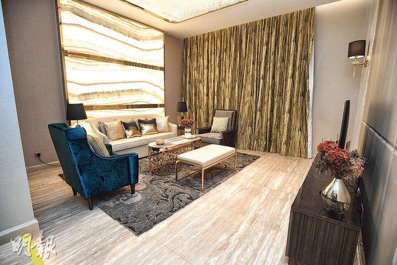 「珀爵.御」戶型共設6幢,洋房入口一層為客飯廳,透光大理石材特色牆配合金色鏡面修飾,營造奢華氣派。(賴俊傑攝)