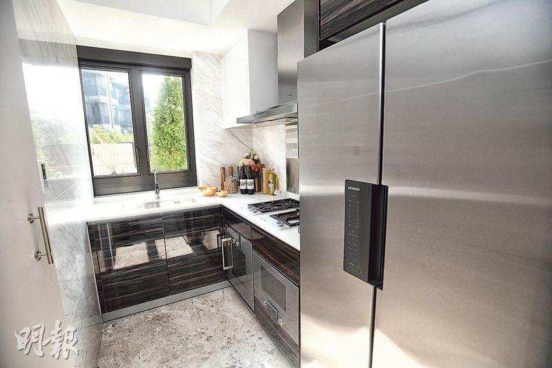 廚房採U形設計,煮食爐、鋅盤、工作枱設於不同部分,方便使用。(賴俊傑攝)