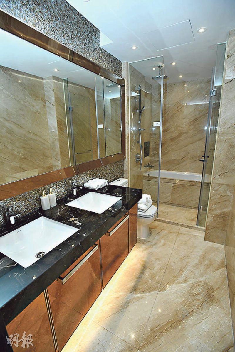 主人房浴室設兩個洗手盆,以雲石鋪砌,易於清潔。(賴俊傑攝)