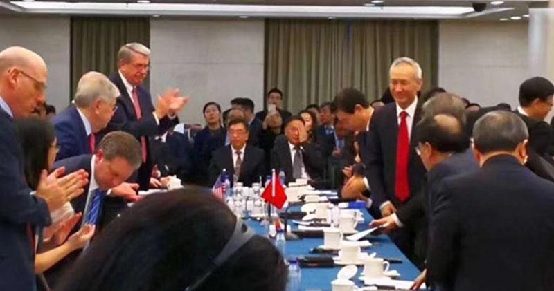 網絡則流傳一張相片,據稱是身兼中美貿易談判代表身分的國務院副總理劉鶴和美國貿易代表在會議期間的圖片,相中劉鶴展露笑容,而美方代表則鼓掌,似言談甚歡。