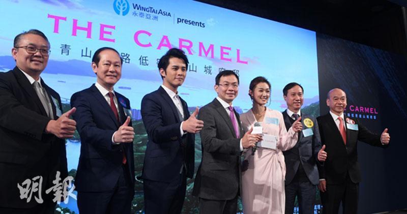 中為鍾志霖;發展商今日邀請了電視藝人何廣沛(右)、張寶兒(左)宣傳樓盤。(劉焌陶攝)