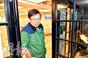 易還財務主席蕭若元(圖)昨日股東會前突見傳媒,回應兒子蕭定一及其旗下hmv數碼中國財困情况。(蘇智鑫攝)
